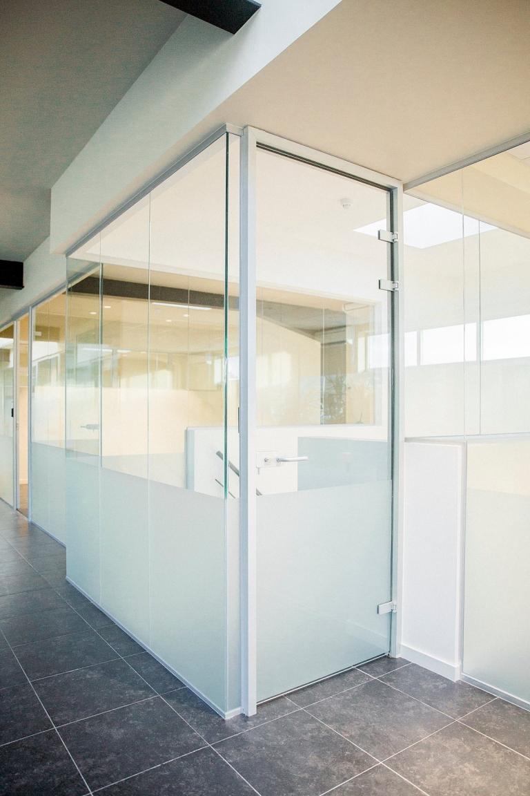 Glazen binnenwanden glazen balustrade glazen deur